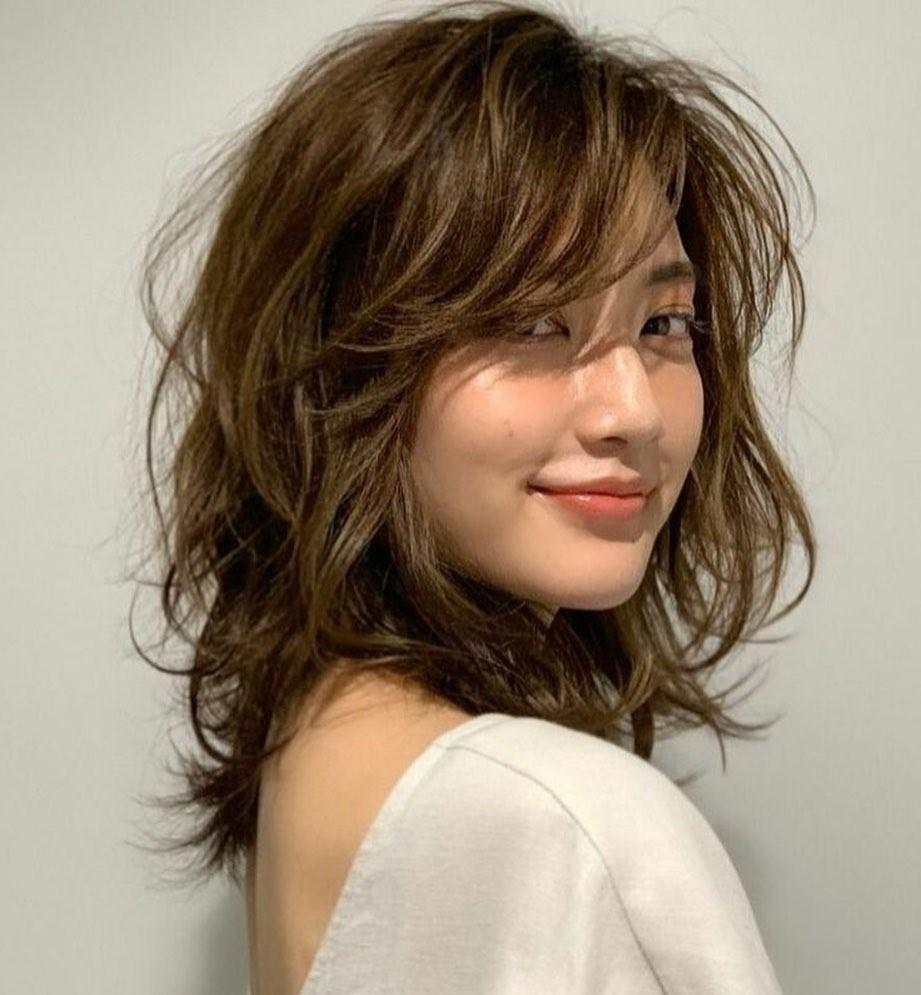 7-medium-haircut-for-women-CGkB9L1pASI